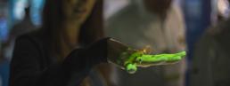 mão iluminada por projeção interativa